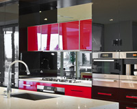 A glass splashback mirrors the kitchen